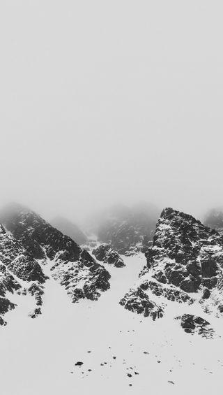Обои на телефон туман, снег, норвегия, горы, peak, misty mountains, backandwhite