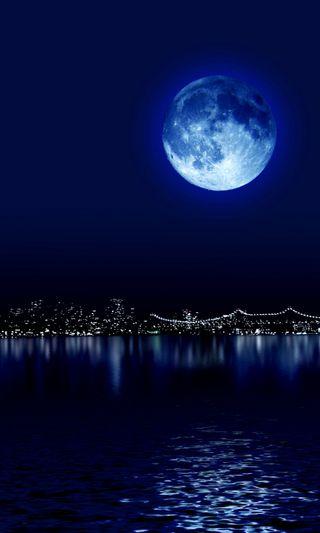 Обои на телефон синие, ночь, город, луна, отражение