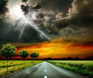 Обои на телефон гром, пейзаж, облака, небо, молния, закат, дорога, дождь, деревья