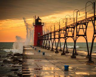 Обои на телефон пирс, волна, пейзаж, океан, облака, море, маяк, закат