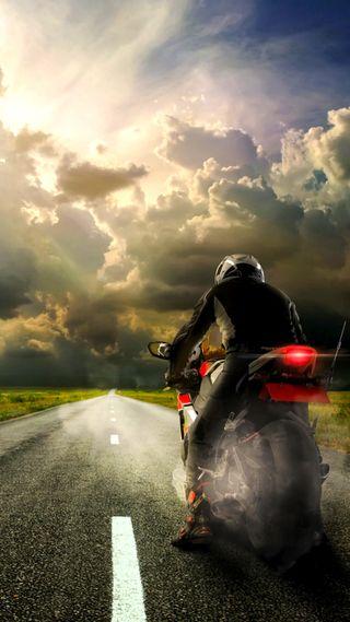 Обои на телефон байкер, поле, облака, небо, дорога