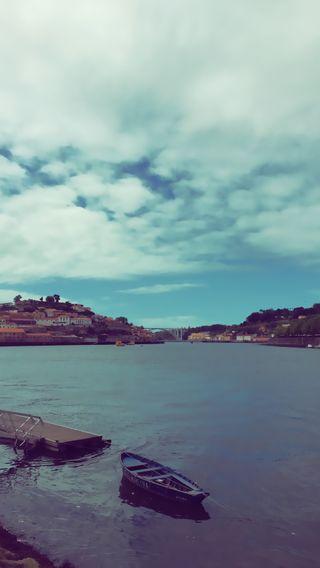 Обои на телефон лодки, река, облака, небо, город, вода, porto v6, porto, oporto