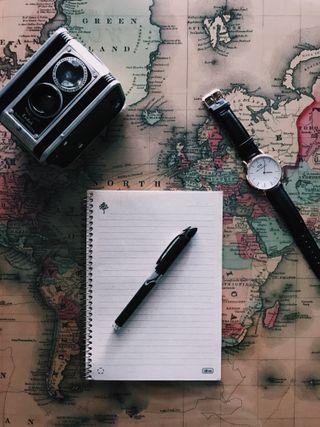 Обои на телефон ручка, книги, карта