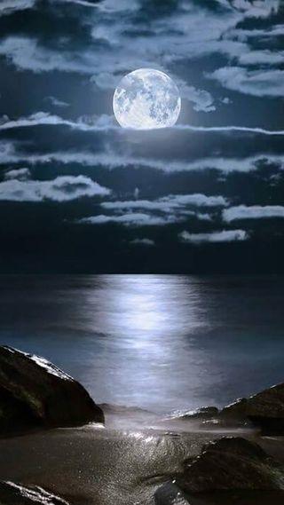 Обои на телефон синие, песок, океан, облака, ночь, луна, камни, вода, full ocean moon