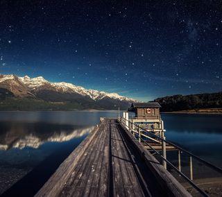 Обои на телефон путь, мост, озеро, ночь, небо, звезда, горы, boardwalk starlight