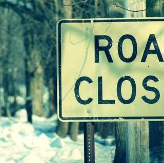 Обои на телефон сумерки, улица, знаки, зима, дорога, road closed