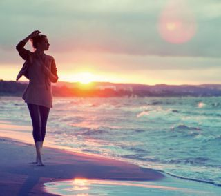 Обои на телефон прогулка, солнце, пляж, песок, море, красые, закат, девушки, вода, by