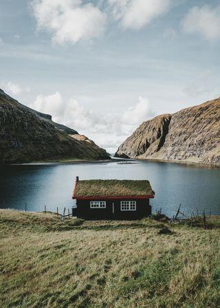 Обои на телефон небеса, nuvens, montanha, lago, grama, casa no lago, casa