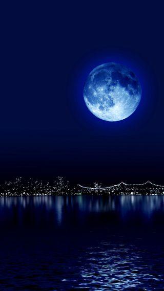 Обои на телефон отражение, синие, ночь, луна, город