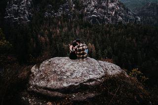 Обои на телефон рок, пара, горы