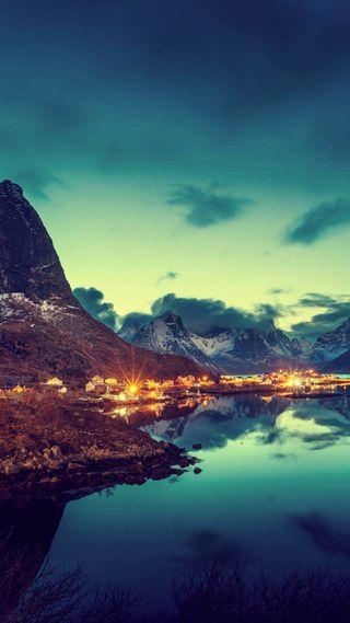 Обои на телефон отражение, синие, пейзаж, озеро, горы, город