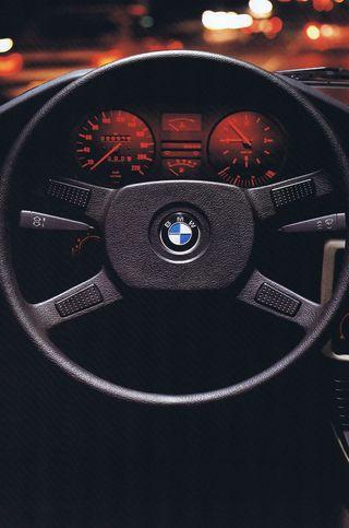 Обои на телефон колеса, огни, ночь, машины, интерьер, ездить, бмв, steering wheel, bmw, behind wheel