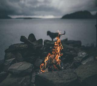 Обои на телефон огонь, пляж, море, лагерь